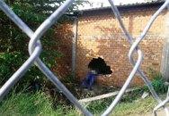 Xe máy kẹp 3 tông thủng tường gạch, 2 người chết tại chỗ