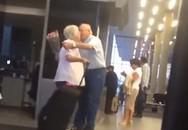 Cụ ông ôm hôn vợ thắm thiết ở sân bay gây sốt