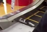 Dây giày bị kẹt trong thang cuốn, cậu bé phải cưa chân