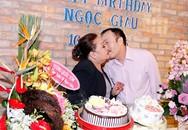 NSND Ngọc Giàu được chồng hôn thắm thiết trong tiệc sinh nhật tuổi U70