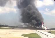 Kinh hoàng máy bay bốc cháy dữ dội, hàng chục người bị thương