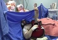 Người đàn ông vừa phẫu thuật não vừa đánh đàn guitar gây sốc