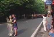 """Hai phụ nữ """"chặn đường"""" đoàn diễu binh chụp ảnh bất ngờ lên tiếng"""
