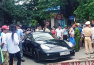 Tài xế cố thủ trong xe Porsche giữa phố cổ