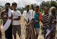 Rùng rợn nghi lễ tắm rửa và thay quần áo cho xác chết ở Indonesia