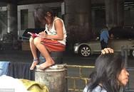 Bé gái mải mê làm bài tập trên bục chắn đường gây sốt