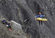 Trực thăng đưa thi thể nạn nhân máy bay rơi ra khỏi vùng núi