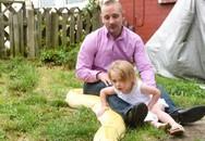 Kinh hãi bố để con gái 2 tuổi chơi đùa với trăn khổng lồ