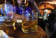 Bé 2 tuổi tử vong vì người lớn cho uống rượu