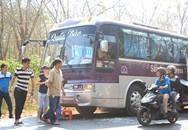 Hãi hùng xe khách bị ném đá trên đường về quê ăn Tết