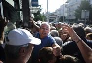 Người già chen lấn rút tiền trong ngày duy nhất Hy Lạp mở cửa nhà băng