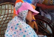 Trẻ em vạ vật chờ tàu ở vùng mưa lũ Cô Tô