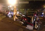 """Taxi """"điên"""" tông 10 xe máy trên câu vượt Thái Hà - Chùa Bộc: 1 người đã chết"""