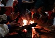 Học sinh vùng cao ôn bài bên đống lửa vì giá rét