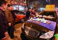 Thiếu gia lái Mercedes-Benz đi bán quà vặt
