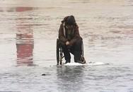 Xót thương người đàn ông tật nguyền bị bạn bỏ giữa hồ băng