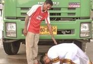 Cử nhân đại học danh giá quỳ gối cảm ơn trước xe rác của cha gây xúc động