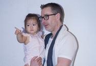 Con gái Đoan Trang nhí nhảnh trong tay bố đi xem mẹ hát