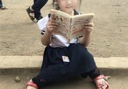 Cô bé tiểu học ở Đăk Lăk gây sốt với bức ảnh ngồi đọc truyện ở sân trường