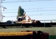 """Hot girl bị điện giật chết khi """"tự sướng"""" trên nóc tàu điện"""