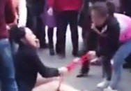 Cô gái trẻ bị nhóm phụ nữ đánh ghen, lột quần áo giữa đường