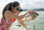Thủy Tiên - Công Vinh thuê canô ra biển phóng sinh cá