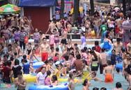 Choáng với biển người tắm miễn phí ở Công viên nước Hồ Tây