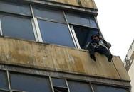 Vợ treo mình ở cửa sổ tầng 4 vì chồng không chịu nấu mỳ