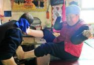 Cảm phục người phụ nữ tàn tật vẫn thêu tranh, cắt tóc bằng chân