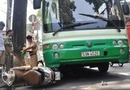 Kinh hoàng xe buýt cuốn xe máy và xe đạp vào gầm, 2 người bị thương