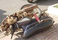 Bị tông trực diện một phụ nữ nhập viện, xe máy gãy đôi