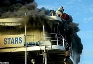 Tàu bốc cháy dữ dội, hành khách hoảng loạn nhảy xuống biển