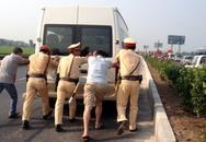 CSGT hò nhau đẩy xe của dân chết máy giữa đường