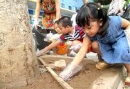 """Trẻ em nhặt rác để """"làm gương"""" cho người lớn"""