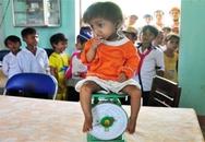 Hình ảnh cậu bé tí hon ngày đầu đi học