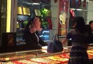 Cô gái ném cả xấp tiền vào mặt nhân viên bán trang sức