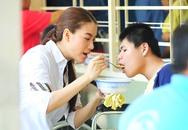 Trương Ngọc Ánh giản dị chăm sóc trẻ khuyết tật
