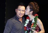 Jennifer Phạm thắm thiết hôn chồng khi đoạt giải đồng