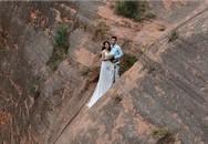 Toát mồ hôi nhìn cặp đôi trèo lên vách núi dựng đứng chụp ảnh cưới