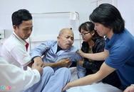 Nghệ sĩ Hán Văn Tình vẫn gượng cười dù ho dữ dội sau khi hút dịch ở phổi