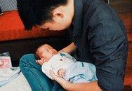 Khoảnh khắc của ông bố đơn thân xin sữa bên con
