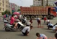 """Hàng trăm người đổ xô ra đường để """"nhặt vàng"""""""