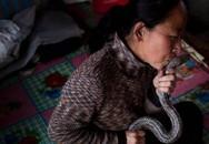 Người đàn bà hôn rắn như thú cưng