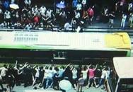 Cả trăm người nâng xe buýt cứu bà cụ mắc kẹt