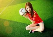 Cô giáo tiểu học khoe dáng trong trang phục bóng đá
