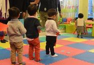 Trẻ 1 tuổi xếp hàng đi phỏng vấn vào mẫu giáo