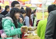 Hồn nhiên bóc bánh kẹo ăn, khui nước ngọt uống trong siêu thị ngày Tết