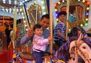 Ông xã Jennifer Phạm tận tình chăm sóc hai con khi đi chơi ở Mỹ