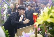 Sao Việt ứa nước mắt, lặng viếng Duy Nhân đêm cuối