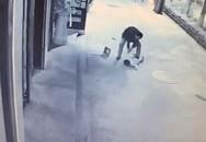 Người đi đường làm ngơ trước bé 2 tuổi bị đánh nứt sọ
